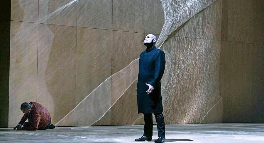 Otello er i knæ, Iago triumferer. Foto: Camilla Winther