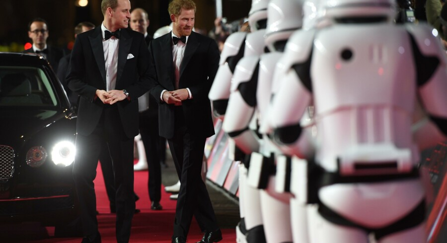 Prins William og prins Harry til gallapremiere på den nye Star Wars-film.