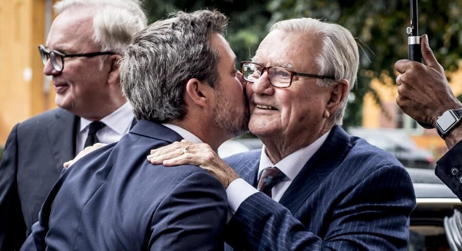 Kronprins Frederik og prins Henrik (th) hilser på hinanden ved Peter Zobels bisættelse i Sankt Pauls Kirke i København 8. september 2017.