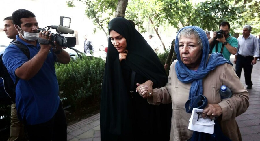 To mænd er nu idømt 10 års fængsel for spionage i Iran. Samtidig venter verden på afgørelsen om Washington Post-journalisten Jason Rezaian, hvis kone og mor her ses forlade retsbygningen efter en høring den 10. august.