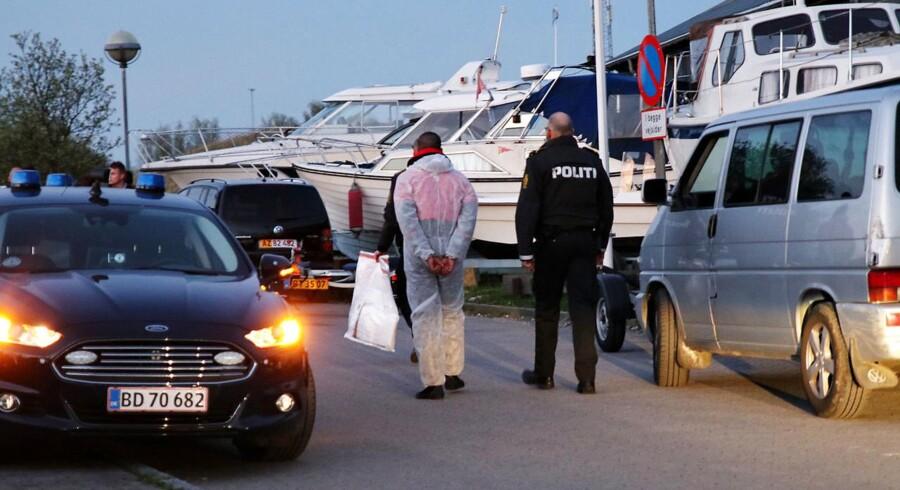Person føres bort i forbindelse med en politiaktion ved Brøndby Havn, lørdag aften.