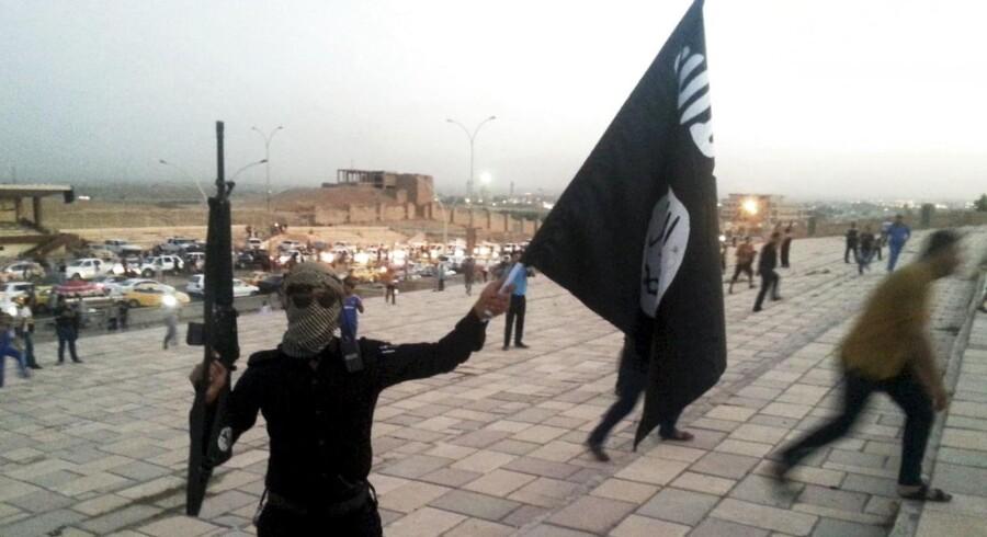 ARKIVFOTO. En IS-kriger på gaden i Mosul, Irak, 23. juni 2014.