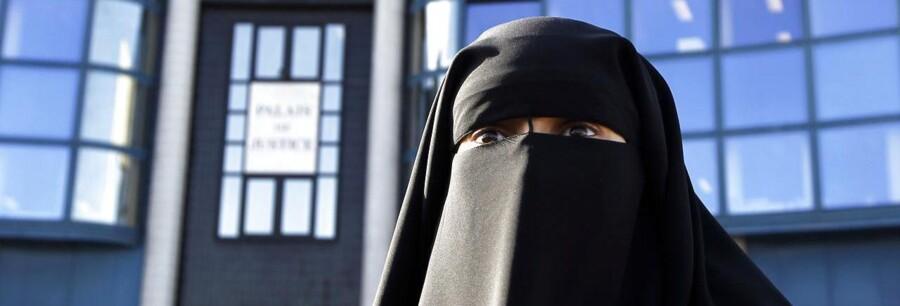 Niqab (på billedet) og burka, hvor der er net for øjnene, er forbudt i det offentlige rum i Frankrig.