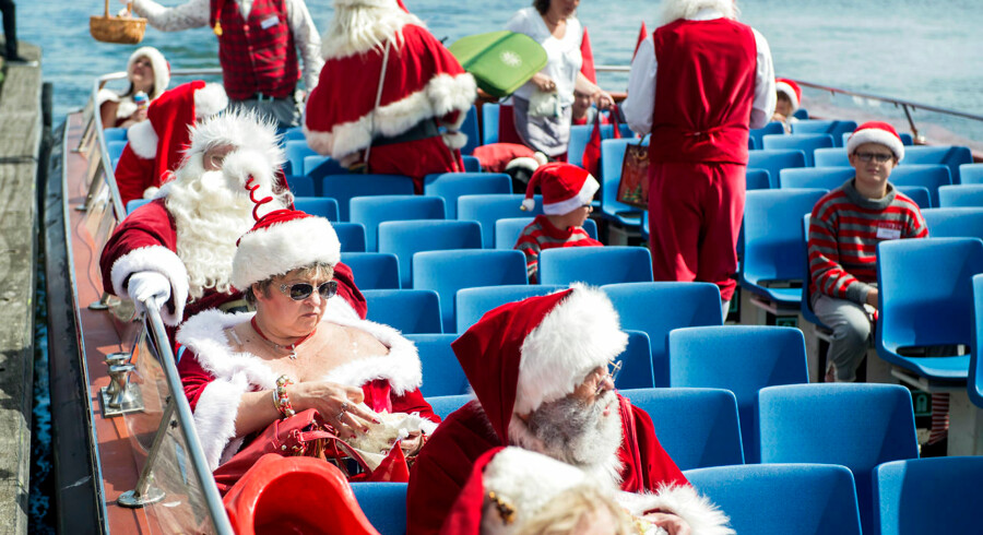 »HOHOHO!«En del turister spærrede sikkert øjnene op, da de mandag skulle tage de obligatoriske billeder af Den lille havfrue ved Langelinje i København. Området var nemlig blevet invaderet af julemænd, nisser, nissepiger og et enkelt juletræ. Anledning? Den årlige verdenskongres for julemænd.Begivenheden har fundet sted hvert år siden 1957, i dén uge, der indeholder den 24. juli. En del deltagere kommer langvejs fra, og derfor er det oplagt at besøge Den lille havfrue som noget af det første. Her mødte julemændene også pressen. Derefter stod den på kanalrundfart og den årlige julemandsmarch på Strøget.Julemændene vil være at finde på Dyrehavsbakken til og med torsdag, hvor kongressen slutter.