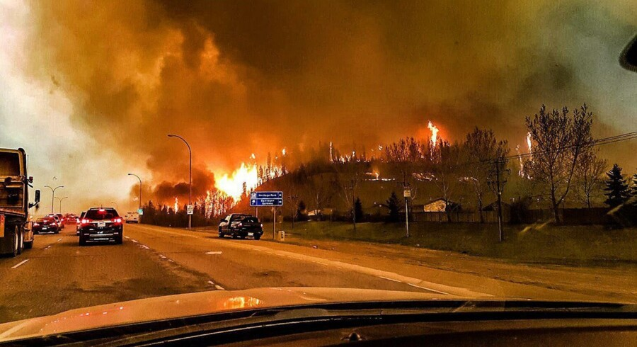 Den canadiske by Fort McMurray står i flammer.