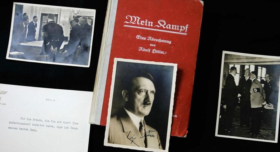 """En britisk forlægger Peter McGee har fået den ide at udgive Adolf Hitlers berømte bog """"Mein Kampf"""" fra 1925-26 i Tyskland. På billedet ses en signeret førsteudgave af bogen, som i 2005 var på auktion i London."""