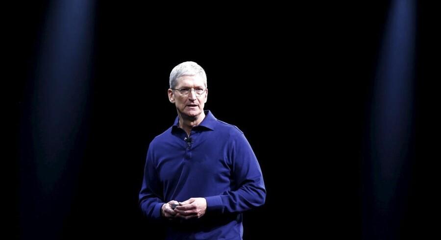Apples aktiekurs er faldet 14 procent, siden den toppede i februar. Men de største investorer vil have den længere ned, før de slår til. Arkivfoto.