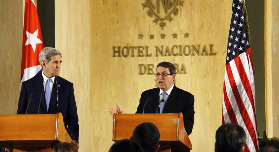 For første gang siden Anden Verdenskrig besøger den amerikanske udenrigsminister Cuba. Her skulle han (John Kerry) hejse flaget på den amerikanske ambassade, der har været lukket siden 1961, hvor de to lande afbrød de diplomatiske forbindelser.De to lande genoptog deres diplomatiske forbindelse 20. juli. De blev afbrudt i 1961 – to år efter revolutionen i 1959, der bragte Fidel Castro til magten. Han var landets leder indtil 2008, hvor han trak sig tilbage og overlod præsidentkontoret til sin sin lillebror Raul Castro, der i dag er 84 år.