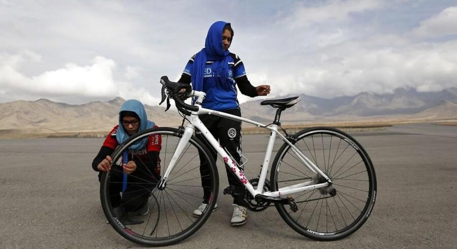 Når det afghanske kvindelandshold træder i pedalerne, handler det om mere end blot medaljer og rekorder: i et land, hvor kvinders rettigheder har trange kår, er det en en anderledes mulighed for at forbedre vilkårene.