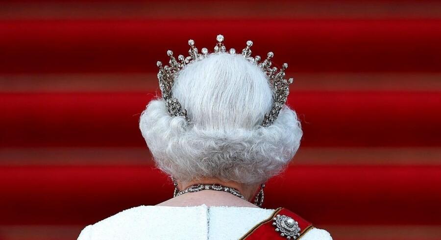 Australien har den britiske dronning Elizabeth II som formelt statsoverhoved. Og selv om dele af den politiske top i Australien ønsker en anden ordning, så er dronningen stadig en populær skikkelse i Australien. Ifølge meningsmålinger ønsker rundt regnet halvdelen af den australske befolkning at bevare monarkiet, mens godt 40 procent ønsker en republik.