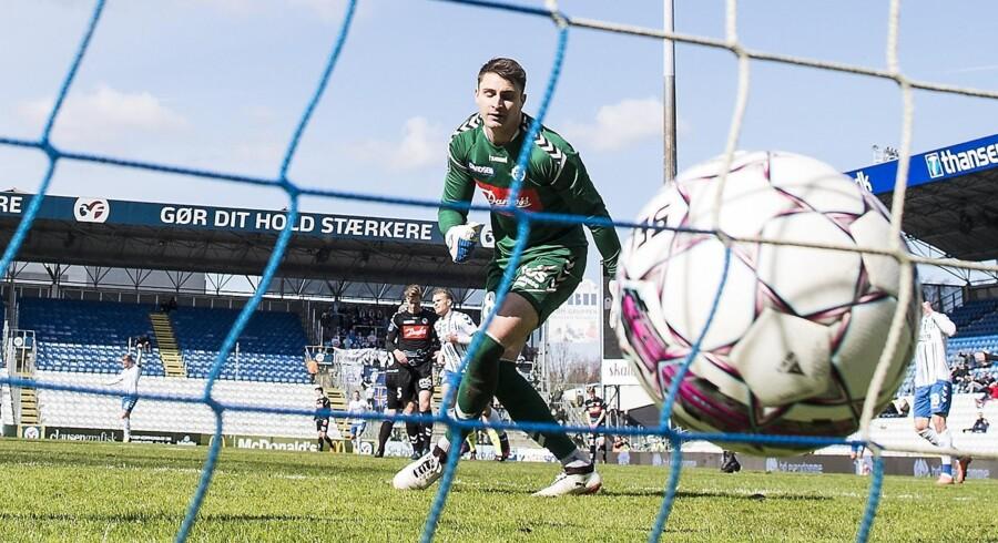Sønderjyske-målmand Sebastian Mielitz ser bolden gå i nettet til OB-føring 2-0. Troels Kløve, der tidligere har spillet i Sønderjyske, er ophavsmand til målet. Scanpix/Claus Fisker