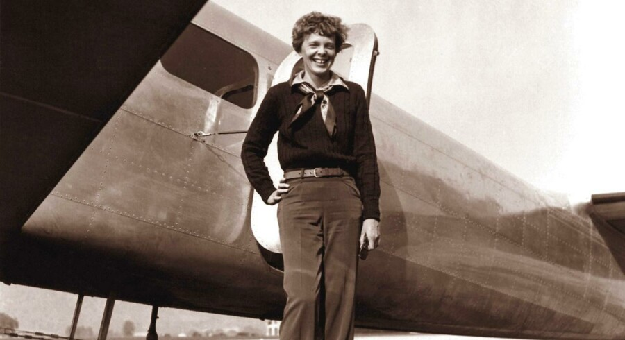 Amelia Earhart foran sit sagnomspundne tomotorers fly Lockheed 10 Electra.