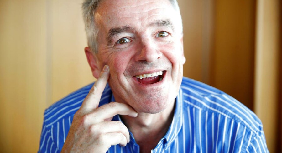 Ryanair Chief Executive Michael O'Leary overvejer at kompensere sine piloter med en kontantbonus, hvis de dropper deres ferie.