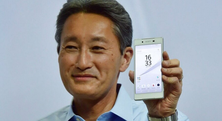 Sony-topchef Kazuo Hirai med den nyeste toptelefon, Xperia Z5, som - også - har fået fine anmeldelser. Arkivfoto: John MacDougall, AFP/Scanpix