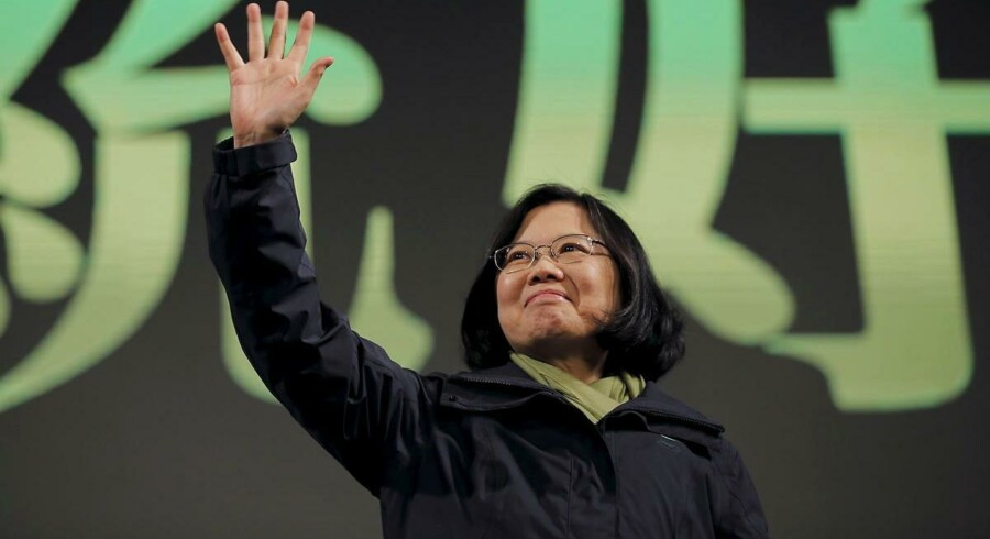 Lederen af Det Demokatiske Progressive Parti (DPP), Tsai Ing-wen, vinker til sine tilhængere efter lørdagens sejr ved præsidentvalget i Taiwans hovedstad, Taipei.