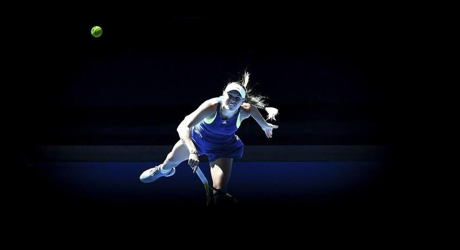 Wozniacki blev brudt ved 5-4, men danskeren fik senere tvunget sættet ud i en tiebreak. Den vandt hun overbevisende med cifrene 7-2 og er nu klar til finalen i Australian Open. EPA/TRACEY NEARMY AUSTRALIA AND NEW ZEALAND OUT