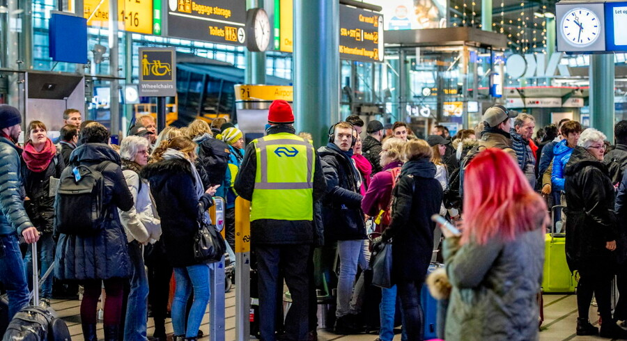 epa05724185 People seen waiting at the Schiphol Airport in Amsterdam, The Netherlands, 17 January 2017. Due to a power outage there were no trains. EPA/ROBIN UTRECHT