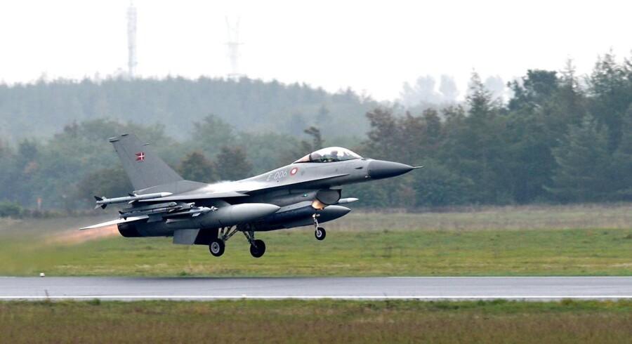 Det tyndslidte dæk på F-16'eren eksploderede kort før take-off, og rystelserne fra eksplosionen fik en del af landingsstellet til at rive sig løs og svinge ned.