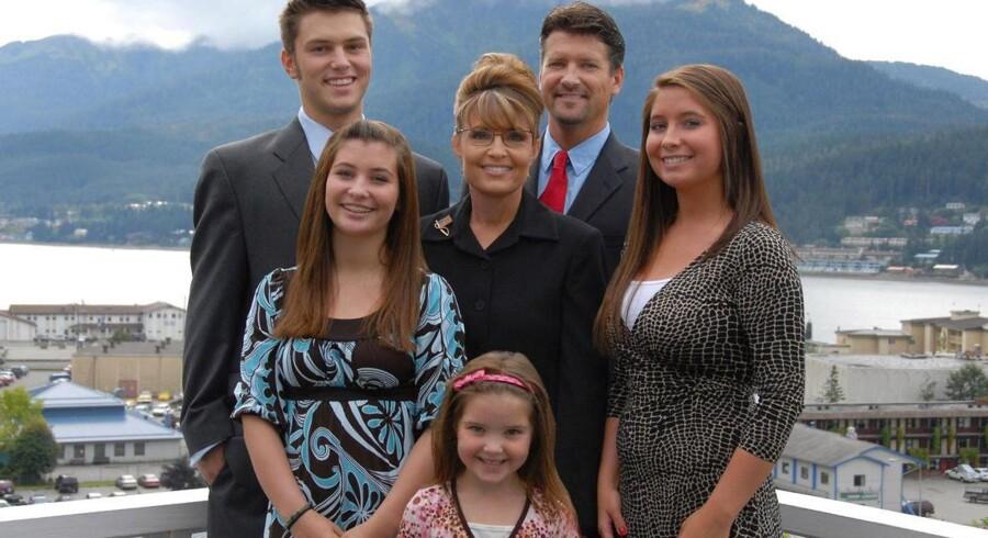 Den tidligere amerikanske videpræsidentkandidat Sarah Palin med sin familie tilbage i 2007.