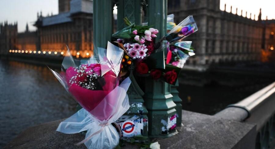 Blomster til ære for ofrene for terrorangrebet ved Westminster, 22. marts 2017.