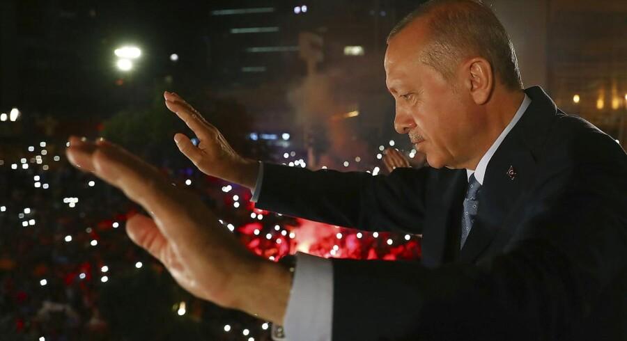Tyrkiets præsident, Recep Tayyip Erdogan, vinker til sine støtter, efter at han har vundet endnu et valg. Han er nu den mest vindende tyrkiske leder i landets historie.