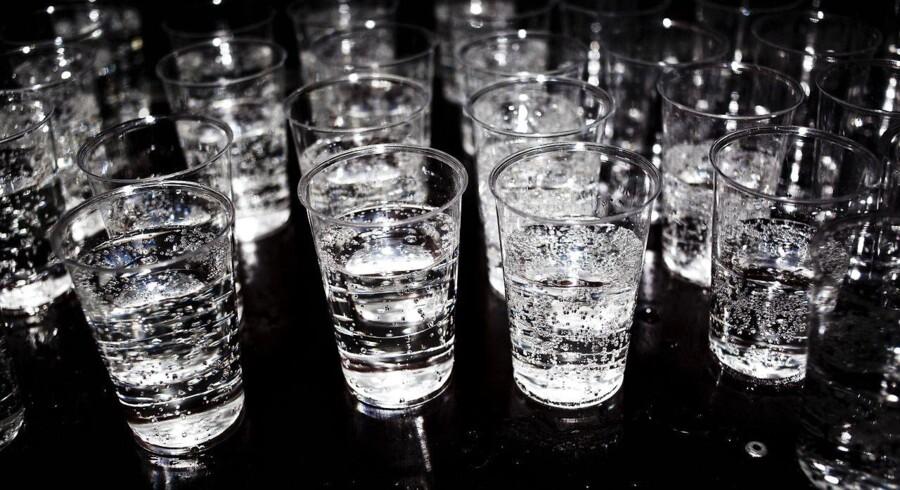 En gin og tonic er en drink, der stammer fra det britiskbesatte Indien, hvor soldaterne drak store mængder tonicvand, fordi toniccen indeholder stoffet kinin, som virker præventivt mod sygdommen malaria. Toniccen fik en bitter smag som følge af kininen, og for at gøre oplevelsen lettere, blandede de udstationerede soldater tonicvandet med gin, lime og is. Desværre indholder nutidig tonicvand ikke nok kinin, til at være virksom mod malaria.