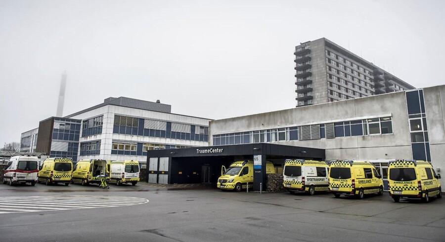 Arkivfoto: I en helikopter blev offeret fløjet til behandling på Odense Universitetshospital. Den seneste melding om hans tilstand er, at den er kritisk, men stabil.
