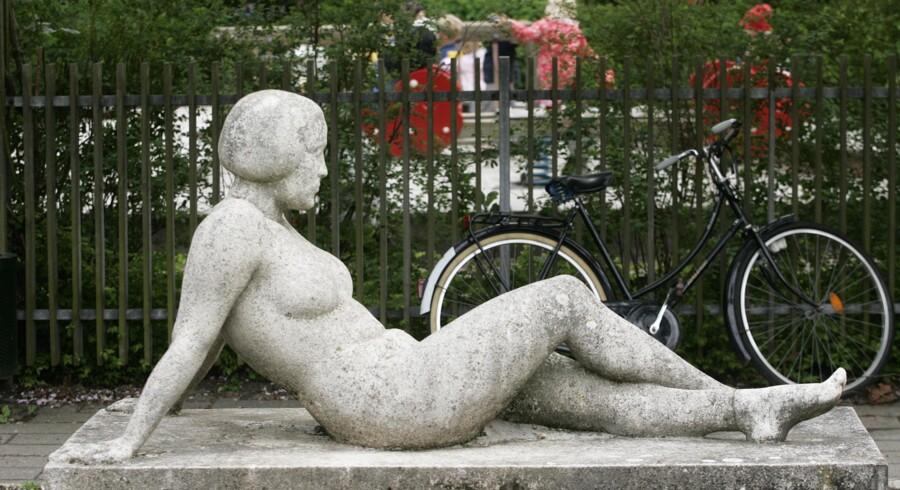 Skulpturen »Hvilende Kvinde« er et af vartegnene i den landets største andelsboligforening, Hostrups Have på Frederiksberg, som er begæret konkurs. Arkivfoto: Jan Jørgensen