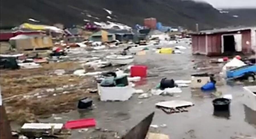 Der savnes fortsat fire personer efter flodbølgen i det nordlige Grønland, oplyser politiet mandag klokken 12.30 dansk tid.