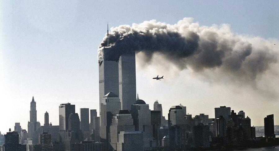 Det andet kaprede fly ses her få øjeblikke inden det flyver ind i det andet tårn i the World Trade Center.