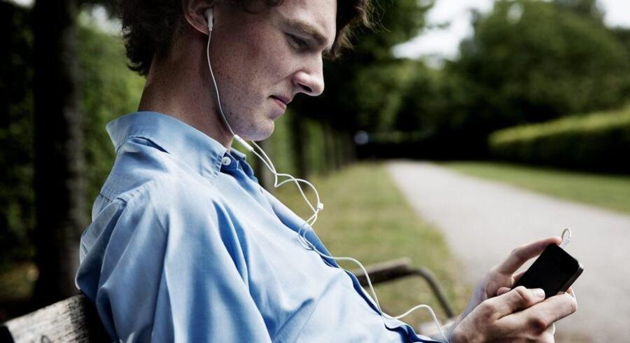 Perry MacLeod Jensen lytter dagligt til radio på sin smartphone. Blandt hans yndlingspodcasts er Syvkabalen på Radio24syv, formiddagen på P6 Beat og Fodbold FM. Foto: Erik Refner