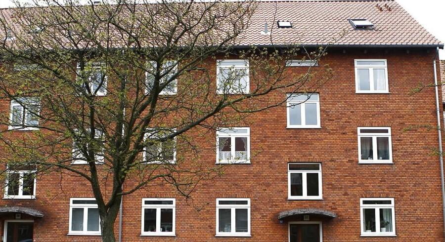 Det koster et stadig større greb i lommen at købe ejerlejlighed i specielt København, og det er begyndt at skræmme forældre fra at købe lejlighed til deres børn. For første gang i flere år er andelen af forældrekøb faldet og er nu tilbage på niveauet fra 2013. (Foto: Nils Meilvang/Scanpix 2012)
