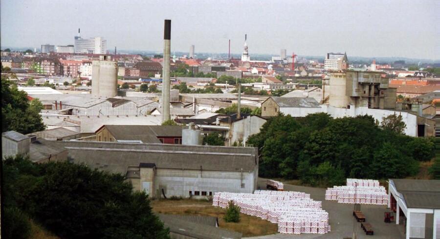 Det er børn af tidligere asbestarbejdere på Eternitfabrikken i Aalborg, der i dag - flere årtier efter at det blev forbudt at bruge asbest - begynder at blive ramt af den aggressive lungehindekræft, der skyldes asbeststøv.