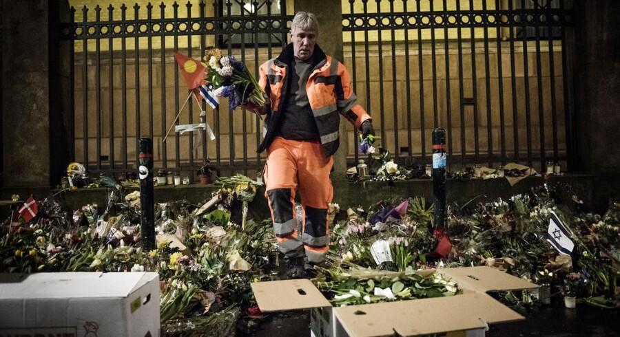 Medarbejdere fra Københavns Kommune fjerner de tusindvis af blomster og beskeder, der blev lagt ved synagogen i Krystalgade i København, torsdag den 5. marts 2015. Ved synagogen under terrorangrebene i København blev den 37-årige vagt Dan Uzan dræbt og to betjente blev ramt af skud den 15. februar, 2015.