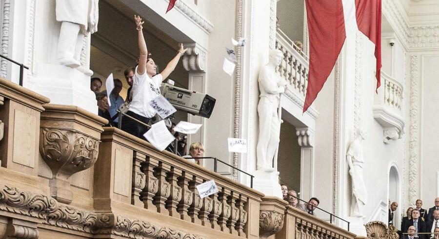 En »demonstrant« smider flyverblade ud i salen under statsministerens åbningstale under Folketingets åbning, tirsdag 3. oktober 2017.