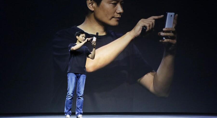Lei Jun er stifter af og topchef for den kinesiske mobilgigant Xiaomi, som hidtil har holdt sig inden for Kinas grænser. Hans præsentationer af nyt udstyr er bevidst holdt i stil med, hvad Apples afdøde topchef, Steve Jobs, gjorde - heriblandt cowboybukserne og turtleneck-blusen. Arkivfoto: Jason Lee, Reuters/Scanpix