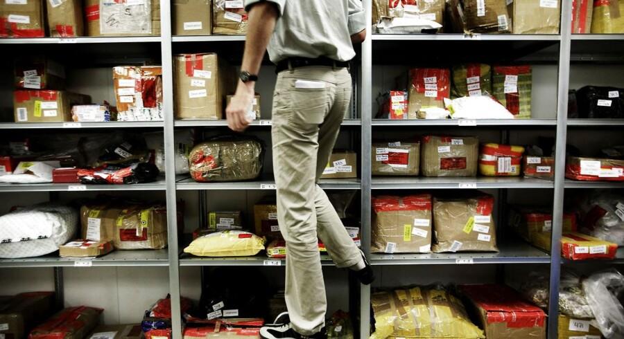 En ny rapport fra EU fastslår, at kopier af tøj, sko og accessories hvert år koster unionen 26 milliarder euro, knap 200 milliarder danske kroner, mens 363.000 arbejdspladser vurderes tabt. Her ses beslaglagte kopivarer på Told & Skats lager i København. ARKIVFOTO