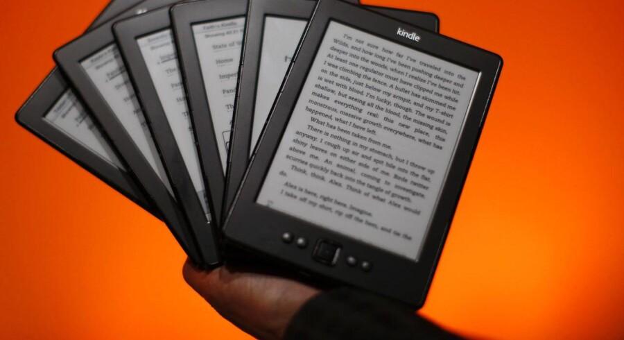 Nu vil internetboghandlen Amazon have folk til at købe en e-bog med til rabatpris, når de køber en fysisk bog. Arkivfoto: David McNew / Getty Images / Scanpix