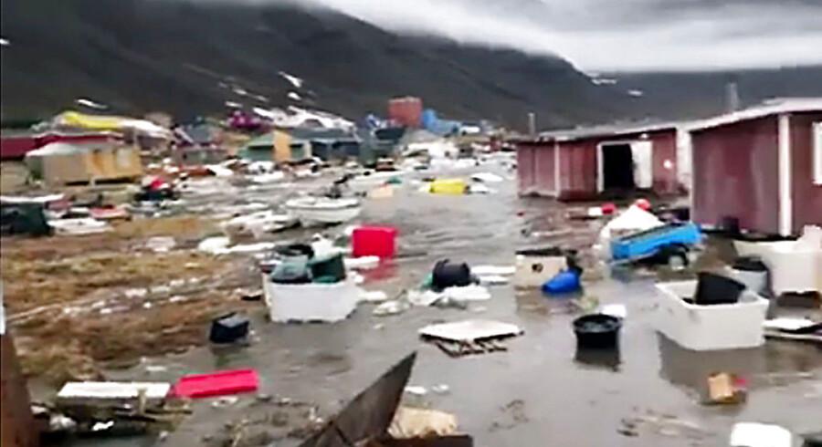 Et stort jord- og stenskred i nærheden af bygden Nuugaatsiaq i Nordvestgrønlland udløste i søndags en tsumami og en flodbølge, der ramte bygden med voldsom kraft. Her blev 11 bygninger skyllet i havet og en række bygninger ødelagt, bl.a. en købmandsbutik og en børneinstitution(Foto: Oline Nielsen, Scanpix)