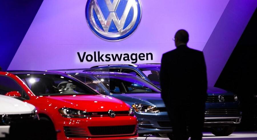 Afsløringen af systematisk snyd på amerikanske test af udstødningsgasser bragte Volkswagen ind i et større stormvejr i efteråret 2015, og skandalen kan snart kulminere med tilbagekøb af en halv million biler, erstatning til ejere og yderligere milliarder til miljøkrav, skriver den britiske avis.