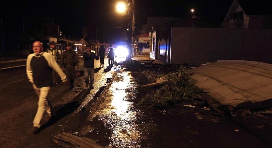 Chilenske indbyggere på gaden, efter et kraftig jordskælv ramte landet onsdag aften.