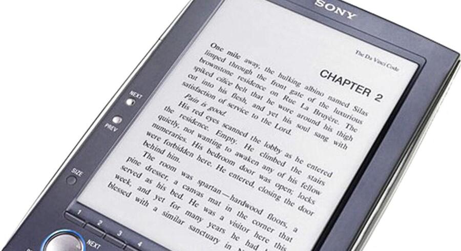 E-bøger har den fordel, at man selv kan vælge skrifttype og skriftstørrelse. Dermed kan man forstørre teksten, så der ikke er så mange ord på hver linie, og det hjælper faktisk ordblinde, viser ny undersøgelse. Arkivfoto: AFP/Scanpix