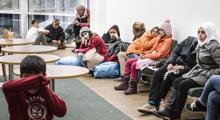 I Sverige diskuterer man nu, hvordan man kan gennemføre en omfattende midlertidig grænsekontrol mod Danmark, Tyskland og Polen. Hos Migrationsverket i Malmö, hvor dette billede er taget, er vejen ind i Sverige for de flygtninge, som primært ankommer efter at have rejst gennem Danmark. Presset er her nu så stort, at flygtningene højst kan blive her en dag, efter de er registreret, inden de bliver sendt videre ud i landet. Før var det tre dage.