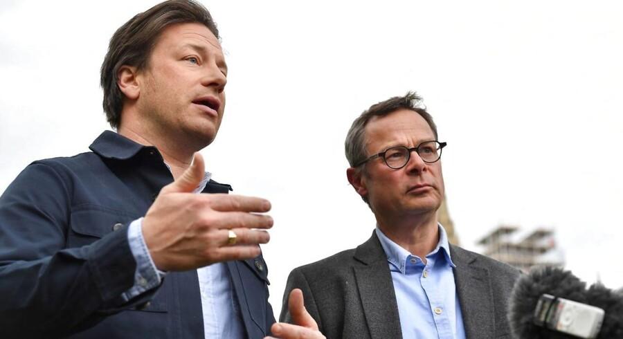 Kokkene Jamie Oliver og Hugh Fernley-Whittingstall taler med den fremmødte presse, efter de har talt om fedme blandt børn hos det britiske parlaments Social- og Sundhedsudvalg den 1. maj.