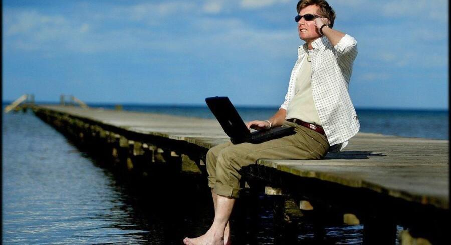 Mange danskere forventer, at de kan komme i kontakt med omverdenen eller gå på nettet via mobilforbindelsen, uanset om de befinder sig ved stranden, i en skov eller i metroen. Modelfoto: Bax Lindhardt