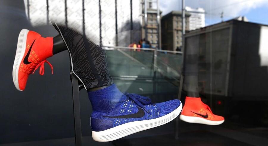 Ifølge Bloomberg News har den stærke amerikanske dollar ramt sneaker-mastodontens omsætning i udlandet, mens konkurrenterne fra Under Armour puster Nike i nakken på hjemmemarkedet.