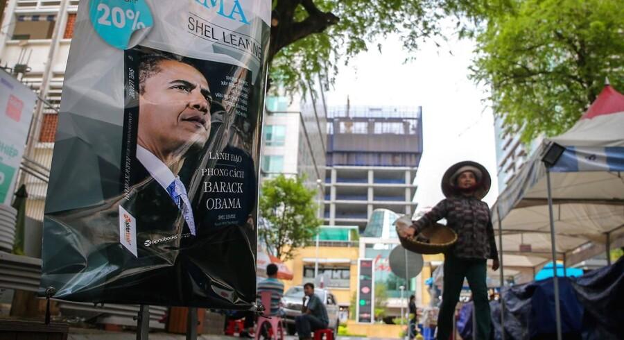 Barack Obama er den tredje amerikanske præsident, der er på officielt besøg i Vietnam, hvor han landede søndag.