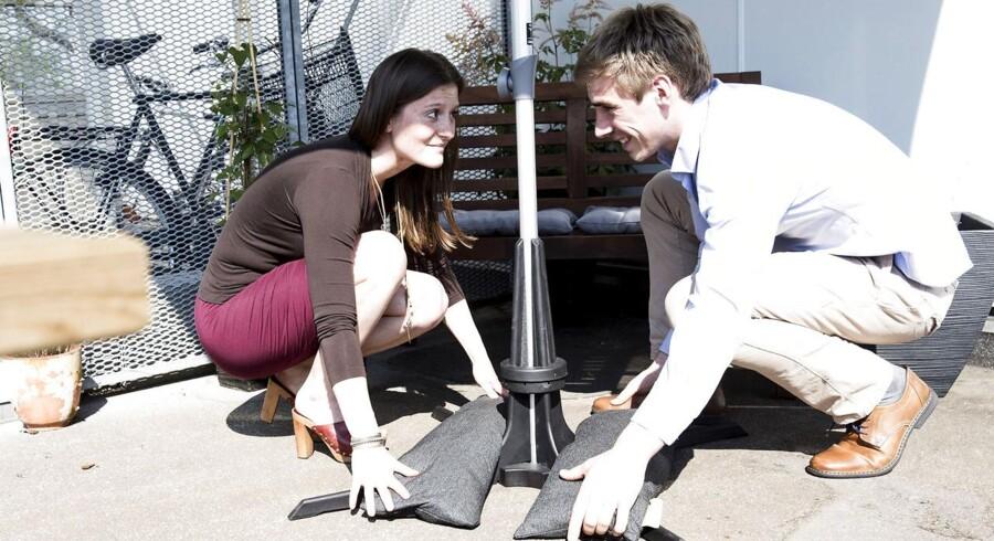 Berlingske Foto Kæresteparret, Josefine Østerby, 24, og Christian Toft Jakobsen, 24, er stiftere af iværksættervirksomheden Plinthit.De har lavet en nytænkning af parasolfoden, der gør den let at flytte rundt på. BM Business