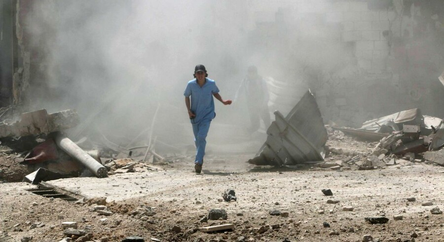 Der ledes efter døde efter det, som aktivister har kaldt et tøndebombardement i Syrien.