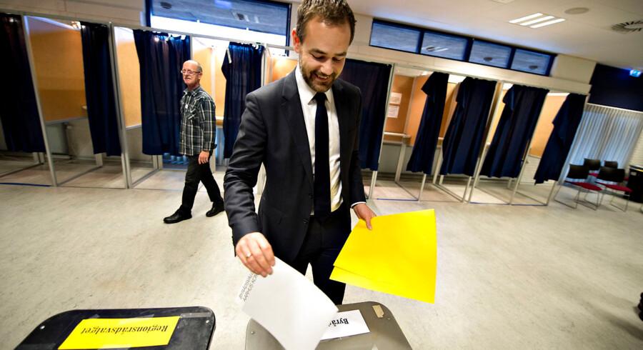 Der var tirsdag den 19.november Kommunal- og Regionrådsvalg i Danmark. Her er det Aarhus Kommunes socialdemokratiske borgmester Jacob Bundsgaard der stemmer i Vejlby-Risskov Hallen i Aarhus.